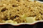 Lækker æblecrumble med farin, havregryn og kardemomme