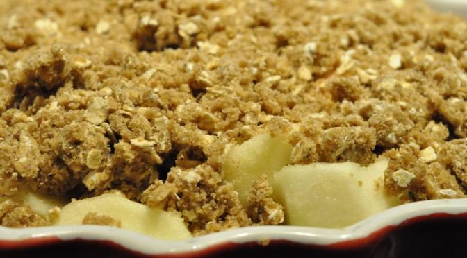 Sprød æblecrumble med brun farin, kardemomme og havregryn