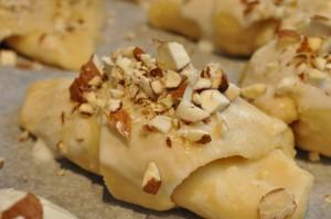 Smørbagte kærnemælkshorn med marcipan og nougat
