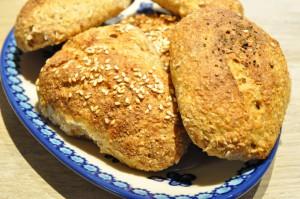 Sprøde grove fuldkornsflutes med sesam og krydderier