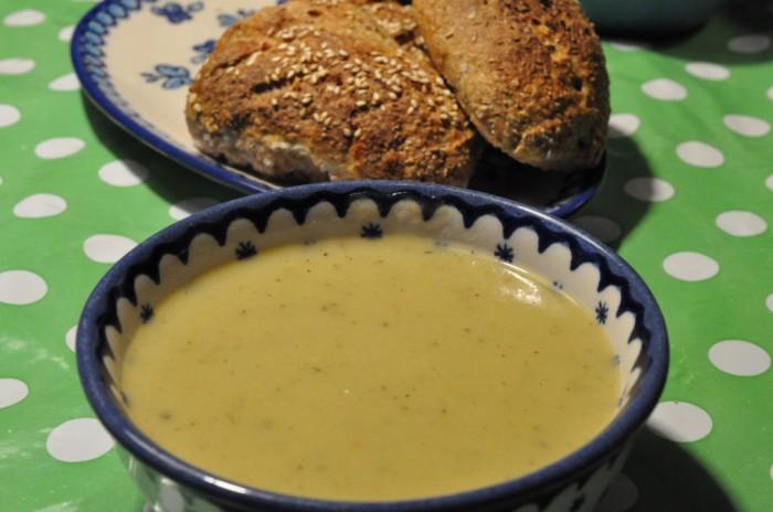 DSC 0211 700x464 Lækker kartoffel/porresuppe med pikantost, hvidløg og timian