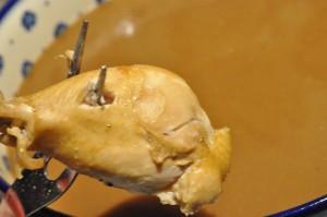 Grydestegt kylling med rigelige mængder brun sauce