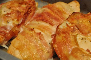 Saftig ovnstegt kyllingefilet i baconsvøb med pommes frites og grøn salat