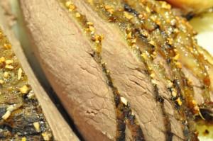 Langtidsstegt culottesteg, flødesauce og bønner i svøb