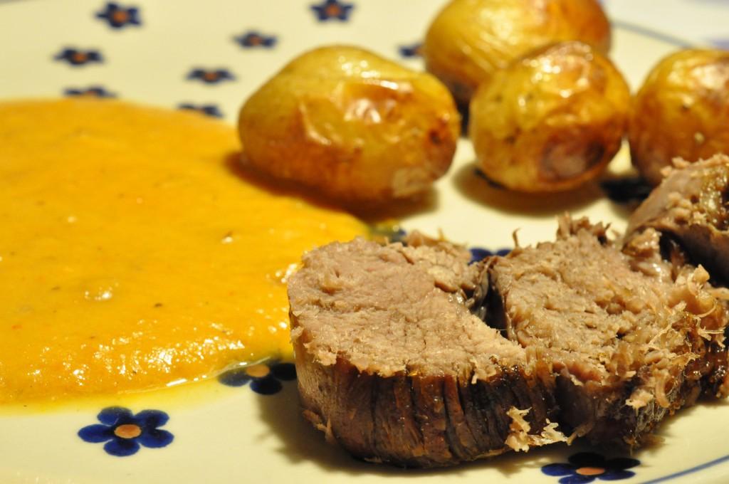 Langtidsstegt oksesteg i Römertopf med kartofler og grøntsagssauce