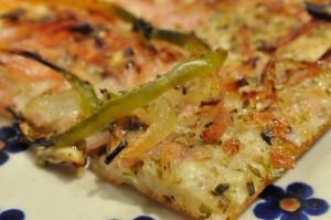 Lækre sprøde pizzaer med skinke og manitobamel