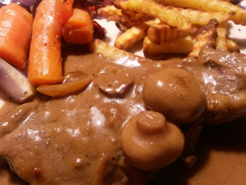 Pandestegt entrecote i flødesauce med løg og champignoner