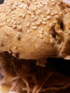 Burgerboller med pulled pork, løg og skysauce