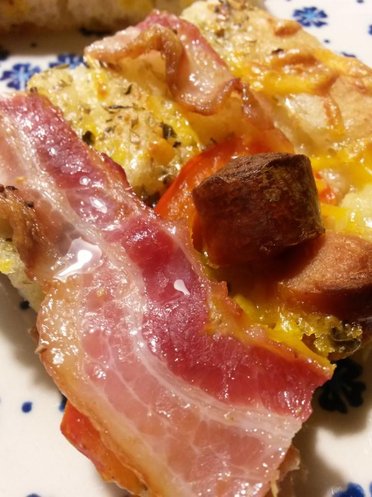 Lynhurtige pizzaer med bacon, skinke, løg og peberfrugt