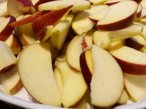 Sprød æblecrumble med mandler og flødeskum