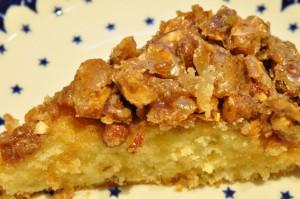 Smørbagt toscakage med marcipan og sprød mandelknas