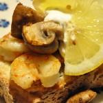 Hvidløgsstegte rejer med smørstegte champignon og aioli