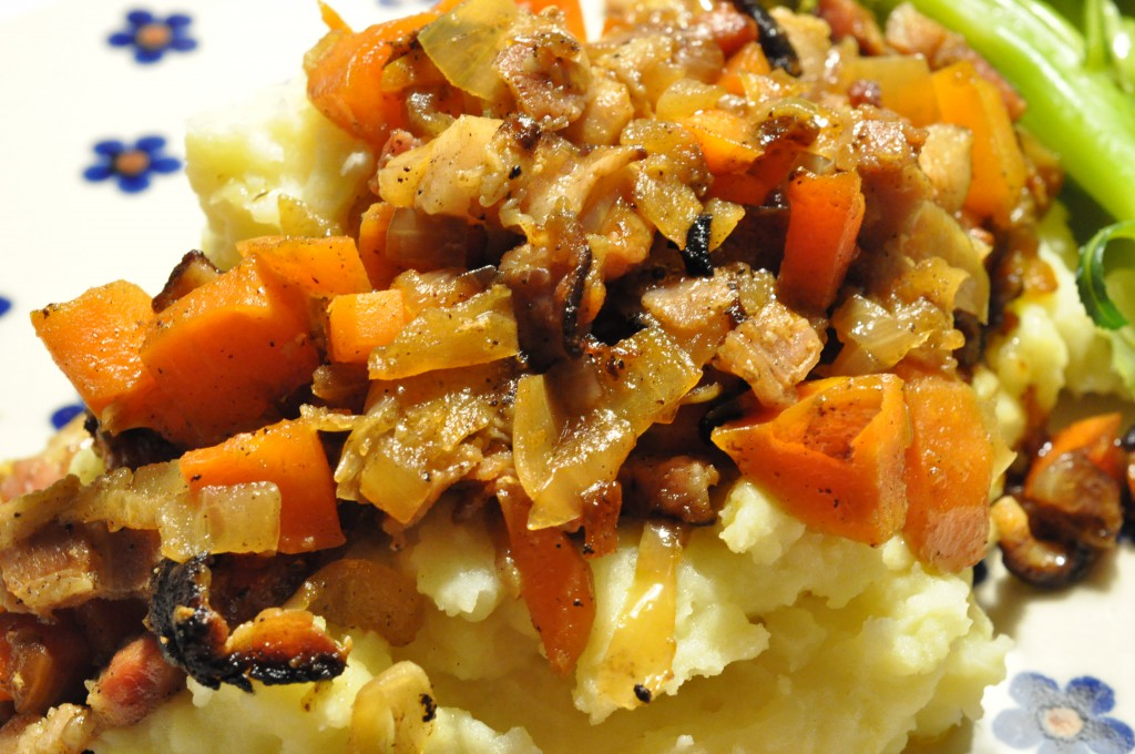 Brændende kærlighed med bacon, løg og gulerødder