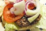 Lækker oksekødsburger med grønt, kryddermayo og chilisauce
