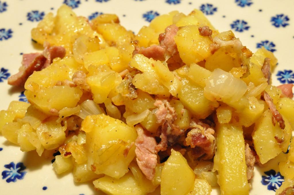 Oldschool biksemad med rigeligt løg, bacon og engelsk sauce
