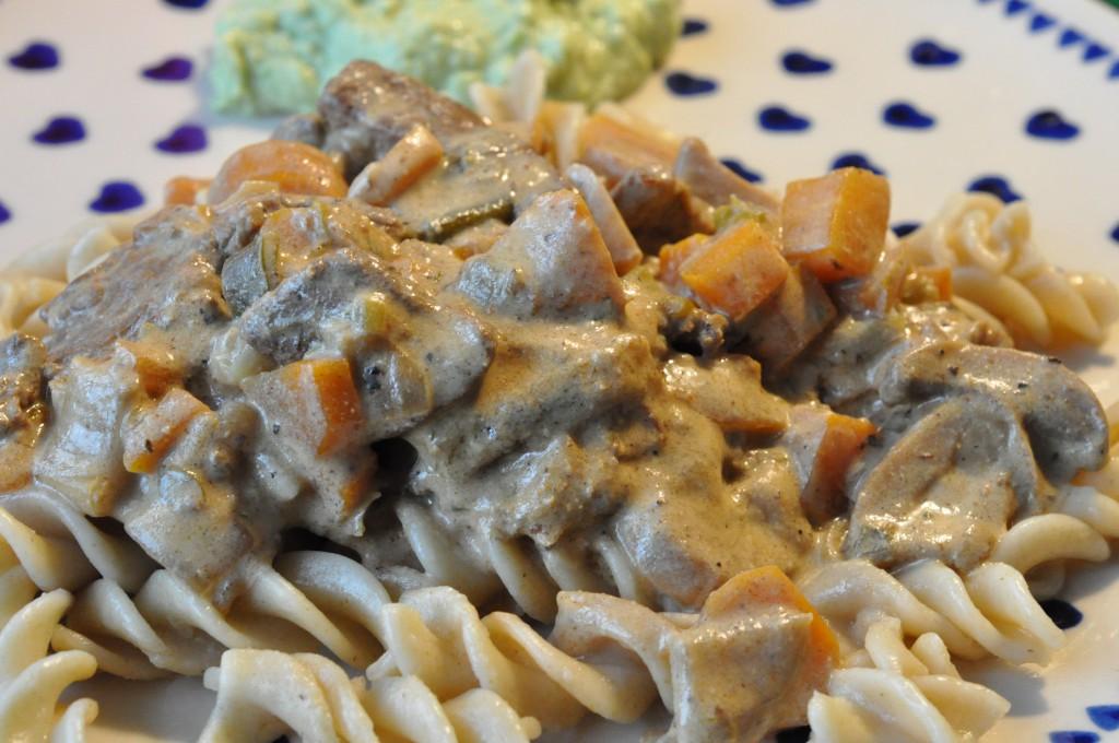 Strimlet oksefilet i pebersauce med pasta og grønt