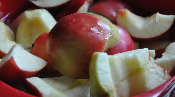 Verdens bedste æblecrumble med mandler og flødeskum