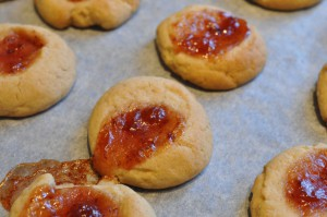 Små fine runde søde cookies med tyttebærsyltetøj