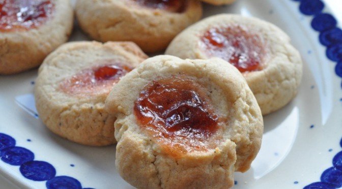 Små fine søde runde cookies med tyttebærsyltetøj