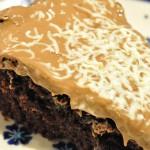 Nem og lækker svampet chokoladekage med marcipan og nougat