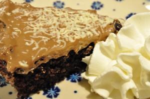Nem og svampet chokoladekage med marcipan og nougat