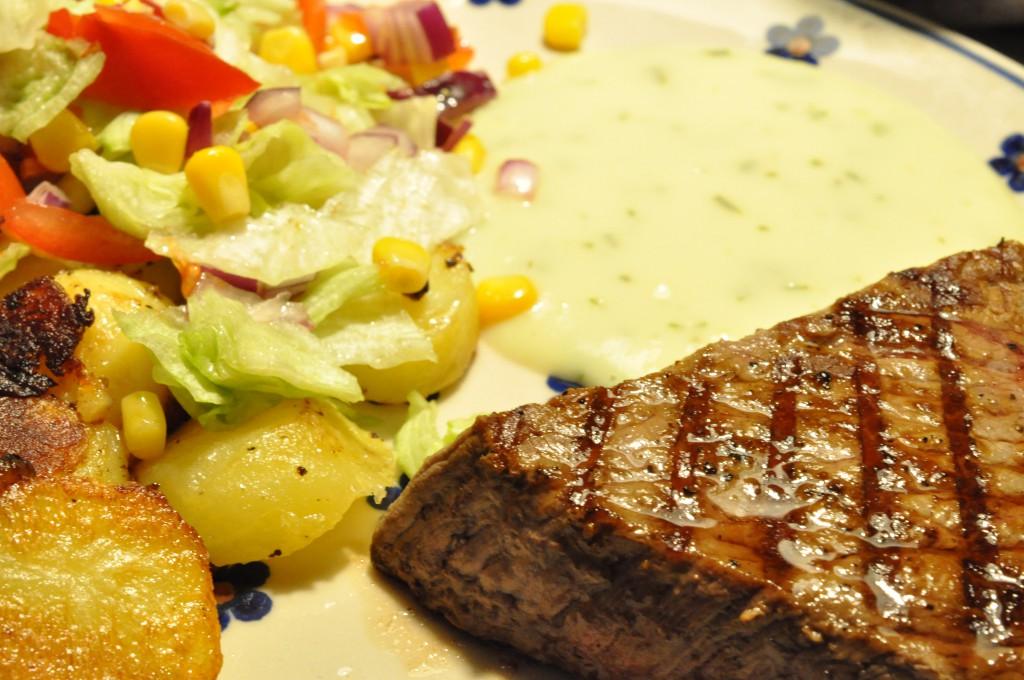Grillede tykstegsbøffer, råstegte kartofler og salat