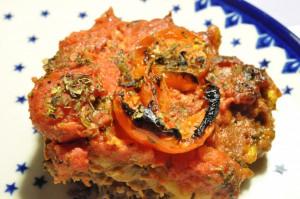 Græsk farsbrød med tomatsauce og pasta