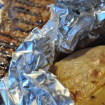 Grillede steaks & bagte kartofler med hvidløgssmør