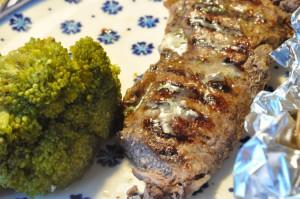 Grillet steak og bagte kartofler med hvidløgssmør