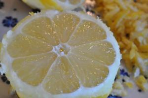 Hjemmelavet saftig citronmåne med marcipan