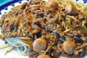 Millonbøf med champignon, pølser og revet gulerødder