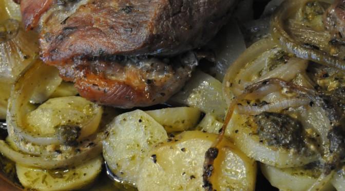 Marineret nakkesteg i Römertopf med pesto flødekartofler