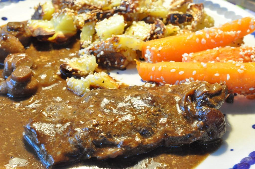 Sesamkartofler og pandestegte entrecotes i flødesauce