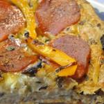 Pepperonipizza med løg og peberfrugt af koldthævet dej