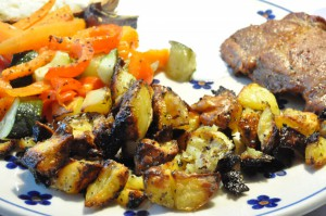 Græsk menu: krydrede kartofler, marinerede koteletter, bagt grønt og dressing