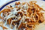 Lækker pastaret med paprika, pølser og stegte løg