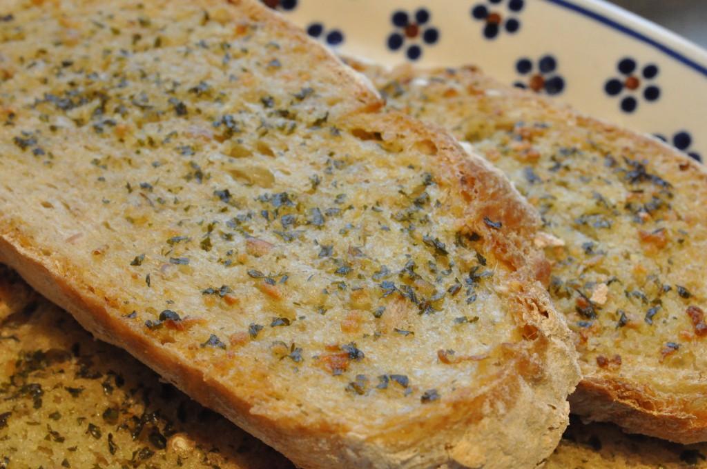 Sprøde lækre hjemmelavede hvidløgsbrød af brødrest