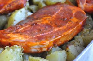 Pestokartofler og marinerede nakkekoteletter, grønne asparges og aioli