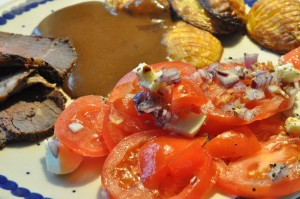 Marineret okseculotte, hasselbackkartofler og tomatsalat