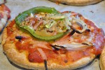 Pizza på pitabrød med tun, peberfrugt og løg