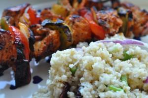 Bulgursalat med chili/mangodressing og grillspyd