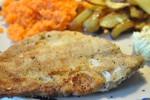 Pommes frites og fuldkornspaneret fiskefilet af rødspætte