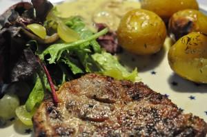 Grillede koteletter, timiankartofler og hjemmelavet champignonsauce
