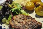 Grillede koteletter, timiankartofler, salat og champignonsauce