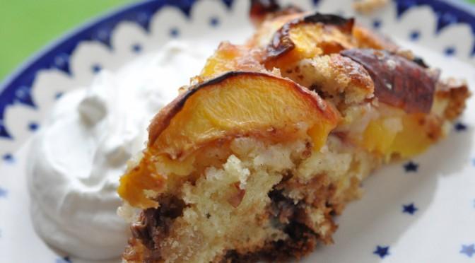 Lækker frugttærte med nektariner, marcipan og nougat