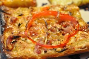 Nem pizza med løg, bacon og peberfrugt