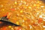 Nem og lækker kødsauce med grøntsager og svinefars