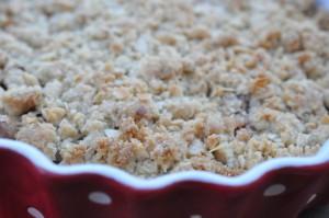 Lækker sprød rabarbercrumble med nougat og marcipan