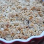 Lækker sprød rabarbercrumble med nougat, marcipan og mandelflager