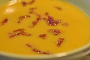Flødelegeret gulerodssuppe med kartofler og bacondrys